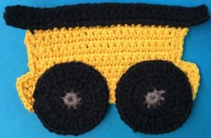 Crochet train carriage body with wheels